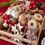 Peu de boîte avec un grand choix de biscuits et d'écrous Image libre de droits