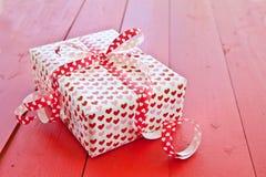 Peu de boîte-cadeau avec des coeurs Photographie stock libre de droits