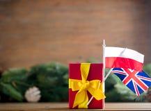 Peu de boîte-cadeau avec des drapeaux de la Pologne et du R-U Images stock