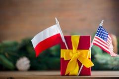 Peu de boîte-cadeau avec les Etats-Unis et des drapeaux de la Pologne Photo stock