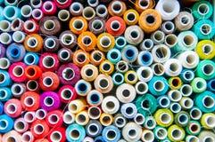 Peu de bobines colorées intéressantes dans la grande boîte Photo libre de droits