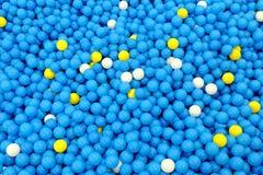Peu de boules en plastique dans le terrain de jeu Photographie stock libre de droits