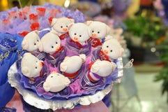 Peu de bouquet de jouet d'ours Image stock