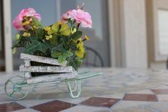 Peu de bouquet de fleur sur une table Photo stock