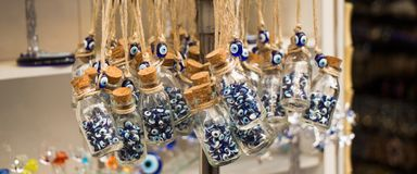 Peu de bouteille en verre a rempli de perles bleues d'oeil mauvais Photo libre de droits