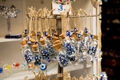Peu de bouteille en verre a rempli de perles bleues d'oeil mauvais images stock
