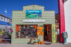 Peu de boutique sur la rue principale Bridgeport, la Californie Photographie stock