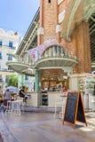 Peu de café au hall du marché de deux points de Mercado à Valence Images stock