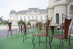 Peu de café devant le tribunal de palais de Festetics Photographie stock libre de droits