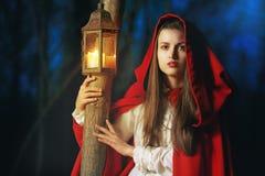 Peu de capuchon rouge allumé par une lanterne Image libre de droits
