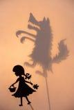 Peu de capuchon rouge et le théâtre d'ombre de loup montrent Images libres de droits