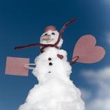 Peu de carte de papier de coeur rouge de bonhomme de neige de Noël heureux extérieure. Hiver. Photo stock
