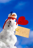 Peu de carte de papier de coeur rouge de bonhomme de neige de Noël heureux extérieure. Hiver. Images libres de droits