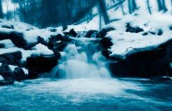 Peu de cascade à écriture ligne par ligne en hiver Image libre de droits
