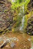 Peu de cascade en montagnes, Norvège photos stock