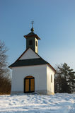 Peu de chapelle dans le paysage neigeux photo libre de droits