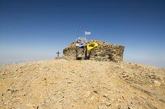 Peu de chapelle en pierre de la croix sainte, le bâti IDA, Idha, Idhi, AIE, Psiloritis est la plus haute montagne sur Crète en mo Image libre de droits