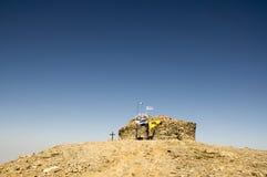 Peu de chapelle en pierre de la croix sainte, le bâti IDA, Idha, Idhi, AIE, Psiloritis est la plus haute montagne sur Crète en mo Photos libres de droits
