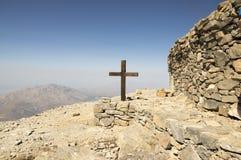 Peu de chapelle en pierre de la croix sainte, le bâti IDA, Idha, Idhi, AIE, Psiloritis est la plus haute montagne sur Crète en mo Photo stock