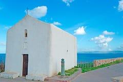 Peu de chapelle par la mer images stock