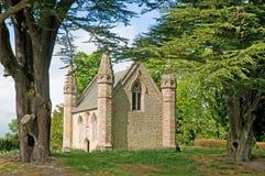 Peu de chapelle par les arbres Images stock