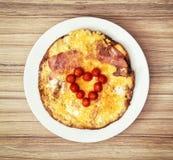 Peu de coeur fait de tomates-cerises sur le jambon et les oeufs pour val Image stock