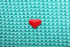 Peu de coeur rouge sur le fond tricoté Photo libre de droits