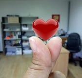 Peu de coeur un symbole de l'amour et pensée à ou donnent Image libre de droits