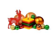 Peu de composition en Noël avec la bougie brûlante dans une étable rustique Photos libres de droits