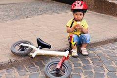 Peu de conducteur de bicyclette photographie stock libre de droits