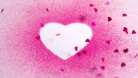 Peu de confettis roses tombant sur un coeur blanc dessinent clips vidéos