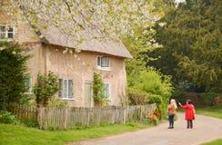 Peu de cottage en bas d'une ruelle de pays Photos stock