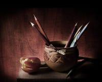 Peu de cruche avec la tulipe et les pensils Photo stock