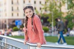 Peu de Cutie Petit enfant adorable avec le sourire de charme le jour d'été Peu enfant avec des cheveux de brune souriant dans occ photos stock