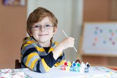 Peu de dessin de garçon d'enfant avec les aquarelles colorées Image libre de droits