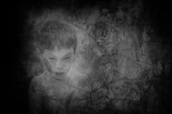 Peu de fantôme sur le vieux mur Photos stock