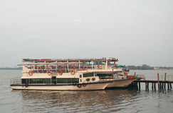 Peu de ferries dans le port maritime de Kochi Images libres de droits