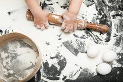 Peu de fille apprend à faire cuire à la maison images libres de droits