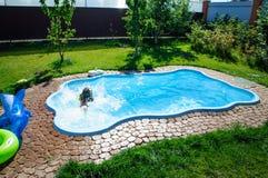 Peu de fille d'amusement est piscine Photo libre de droits