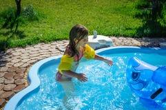 Peu de fille d'amusement est piscine Image libre de droits