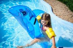 Peu de fille d'amusement est piscine Image stock