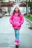 Peu de fille d'enfant dans la veste de cinglement marchant dans la ville Chi de sourire Image libre de droits