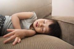 Peu de fille d'enfant dormant sur le sofa Images libres de droits