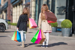 Peu de fille de mode avec des paniers dehors dans la grande ville Photo stock