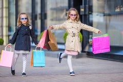 Peu de fille de mode avec des paniers dehors dans la grande ville Photo libre de droits