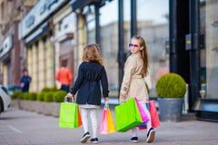 Peu de fille de mode avec des paniers dehors dans la grande ville Image stock