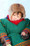 Peu de fille de Nenets dans des vêtements nationaux Image stock