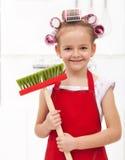 Peu de fille féerique de ménage avec de grands cheveux se courbe photo stock