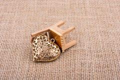 Peu de forme de coeur sur une chaise images stock