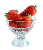 Peu de fraises dans la cuvette en verre d'isolement Photos stock